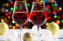 红葡萄酒玻璃和圣诞节球 库存图片