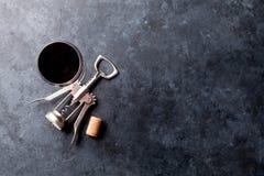 红葡萄酒玻璃和拔塞螺旋 免版税图库摄影