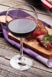 红葡萄酒玻璃和烤牛排 库存图片