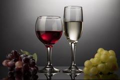 红葡萄酒玻璃和白葡萄酒玻璃与藤 免版税库存图片