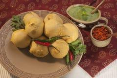 红薯Vada用大蒜和薄菏酸辣调味品和辣椒在白色板材 免版税库存图片
