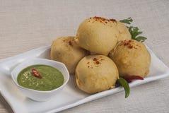 红薯Vada用大蒜和薄菏酸辣调味品和辣椒在白色板材 免版税库存照片