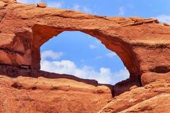 红褐色的地平线曲拱峡谷拱门国家公园默阿布犹他 免版税库存图片