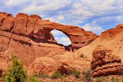 红褐色的地平线曲拱拱门国家公园默阿布犹他 库存照片