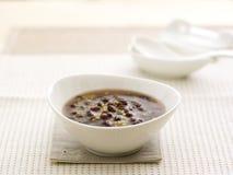 红豆在白色碗的小米稀饭 库存图片