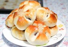 红豆在盘的面包小圆面包 免版税库存照片