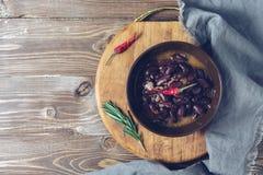 红豆炖煮的食物在碗,切板,餐巾服务 顶视图,拷贝空间 图库摄影
