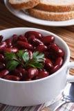红豆煮沸了n白色碗特写镜头垂直 免版税库存照片
