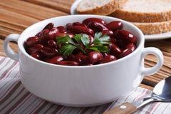红豆煮沸用在水平白色的碗的荷兰芹 免版税库存照片