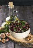 红豆用葱,大蒜,在一黑暗的木backgroun的核桃 图库摄影