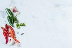 红辣椒、绿色墨西哥胡椒胡椒和大蒜 免版税图库摄影