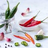 红辣椒、绿色墨西哥胡椒胡椒和大蒜 图库摄影