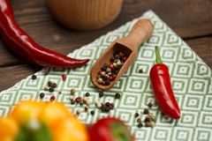 红辣椒和色的胡椒在厨房餐巾 库存照片