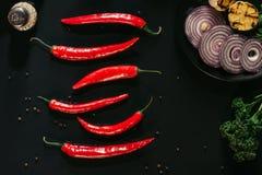 红辣椒,干胡椒顶视图,切了葱并且烤了大蒜 免版税库存照片