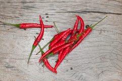 红辣椒,新鲜的多五谷投入了一个老木桌好漂亮的东西或人 库存图片