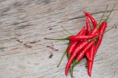 红辣椒,新鲜的多五谷投入了一个老木桌好漂亮的东西或人 免版税图库摄影