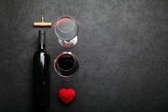红酒和心脏,约会概念 免版税库存照片