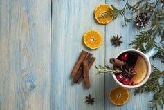 红酒圣诞节蓝色背景橙色桂香顶视图 免版税库存照片