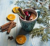 红酒圣诞节蓝色背景橙色桂香 免版税图库摄影