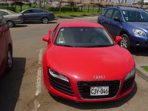 红颜色两门奥迪R8 V-8 FSi小轿车在利马 免版税图库摄影
