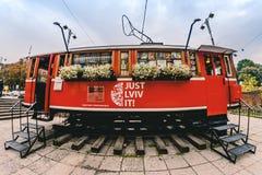 红颜色咖啡馆从一辆老电车汽车的 库存照片