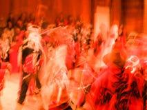 红颜色大量在无法认出的peop行动迷离摘要的  库存照片
