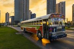 红魔公共汽车(蝙蝠鱼Rojo)在巴拿马城街道日落的 库存照片