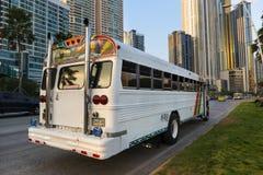 红魔公共汽车(蝙蝠鱼Rojo)在巴拿马城街道  图库摄影