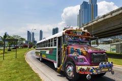 红魔公共汽车(蝙蝠鱼Rojo)在巴拿马城街道  免版税库存照片