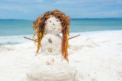 红头发人一个白色沙子海滩的沙子人 免版税图库摄影