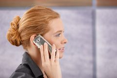红头发人侧视图画象在电话的 库存照片