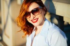红头发人女孩 她是微笑和无忧无虑的 便装样式 库存照片