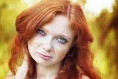 红头发人女孩画象有蓝眼睛的在自然 库存照片