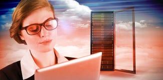 红头发人女实业家的综合图象使用她的片剂个人计算机的 免版税库存图片