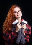 年轻红头发人妇女在方格的衬衣藏品编织了袜子  图库摄影