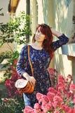 红头发人妇女在春天 免版税库存图片