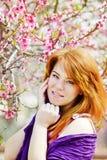 红头发人少妇在春天 免版税库存照片