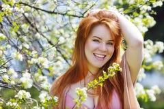 红头发人少妇在春天 库存图片