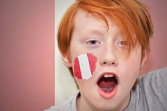 红头发人有在他的面孔绘的秘鲁旗子的爱好者男孩 库存照片