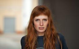 年轻红头发人白种人妇女严肃的面孔室外画象 免版税库存照片
