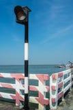 红绿灯位于横跨海的桥梁。 免版税库存图片