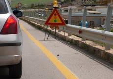红绿灯信号和汽车在未完成作品期间 免版税库存照片