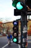 红绿灯和骑自行车者 免版税库存图片