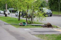 红绿灯在一场飓风以后落在20的5月29日,莫斯科 免版税库存照片