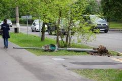 红绿灯在一场飓风以后落在20的5月29日,莫斯科 免版税图库摄影