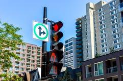红绿灯在街市的蒙特利尔 免版税库存照片