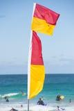 红黄色livesaving的旗子澳大利亚人海滩 库存照片