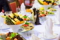 纤巧、快餐和果子在欢乐桌上在餐馆 庆祝 承办酒席 苹果背景宴会篮子重点果子葡萄汁橙色沙拉制表果子馅饼 免版税库存图片