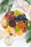 纤巧乳酪和果子板材对假日,垂直 免版税库存照片