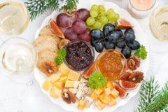 纤巧乳酪和果子板材对假日,特写镜头顶视图 免版税库存照片
